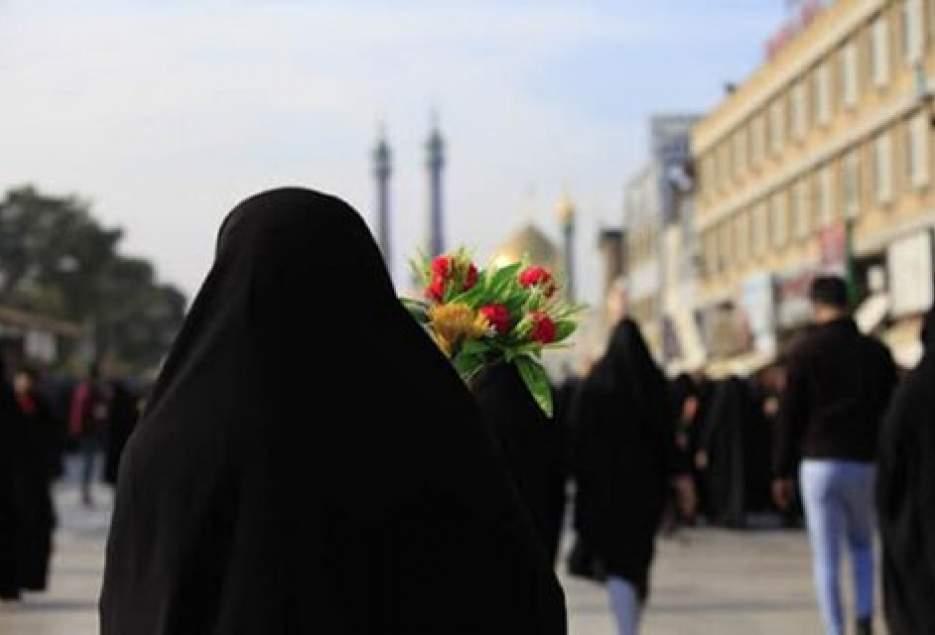 توزیع شاخه گل میان دختران کودک و نوجوان به مناسبت دهه کرامت